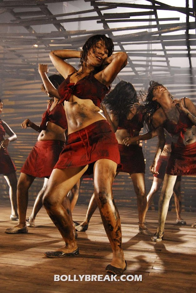 Neha Sharma dance in muddy dress - Neha Sharma Navel Show in 'Siruthai Puli' Movie