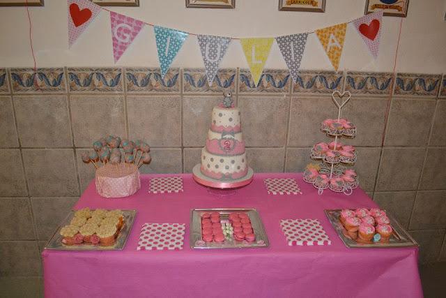 Mesa Dulce decorada con cupcakes y Tarta de Fondant Sugar Dreams Gandia Banderines Cumpleaños especial