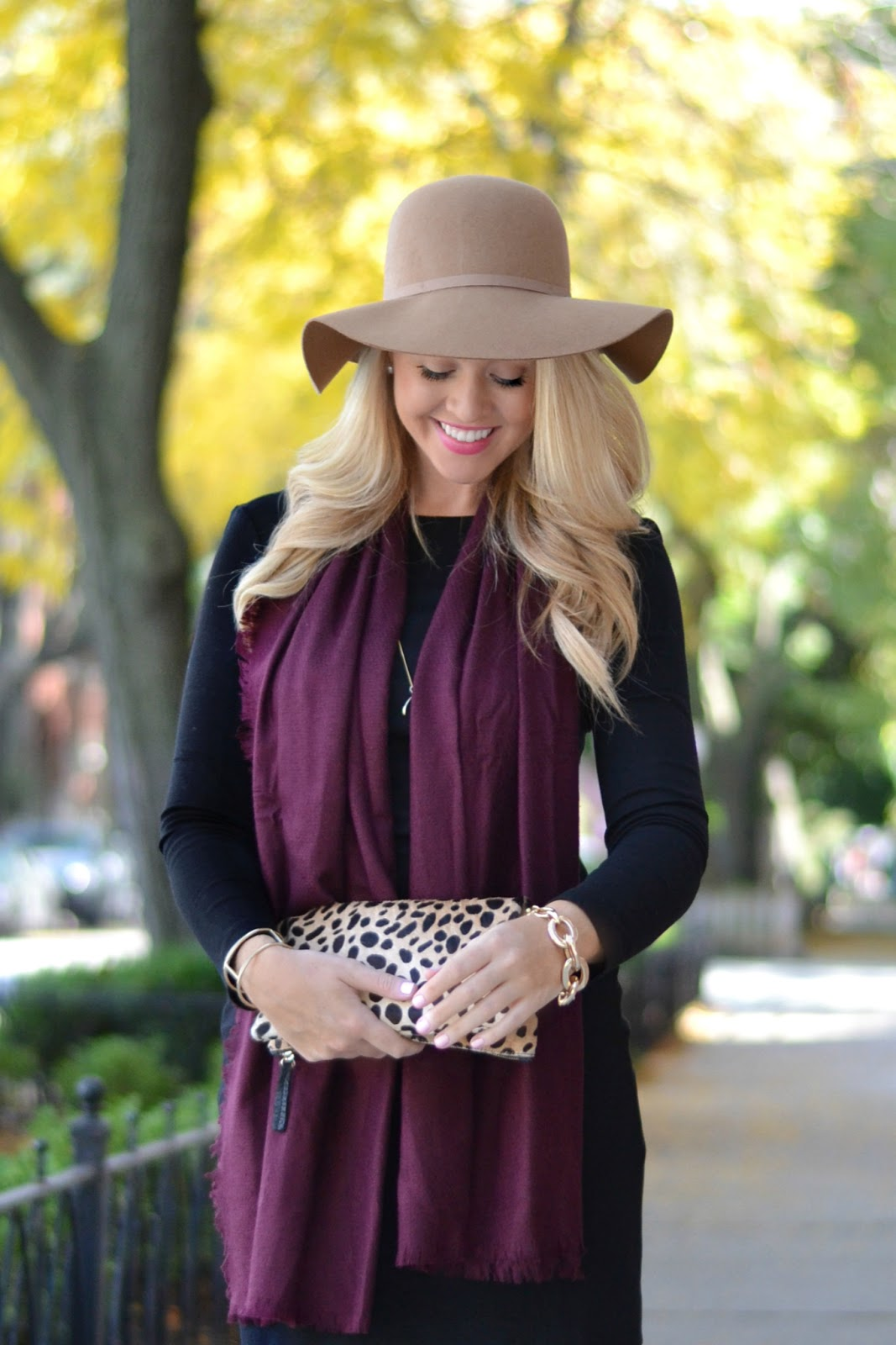 fall-outfit-with-felt-hat-and-wine-colored-scarf