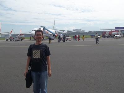Di depan pesawat Lion Air, Bandara Husein Sastranegara, Bandung