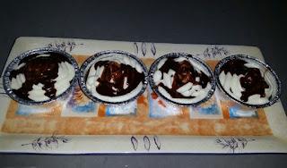 מאפינס שוקולד בציפוי שוקולד וקצפת