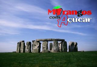 Morangos com Açucar Posters Wallpapers Logotipo em fundo de tela Stonehenge Monumento com Pedras