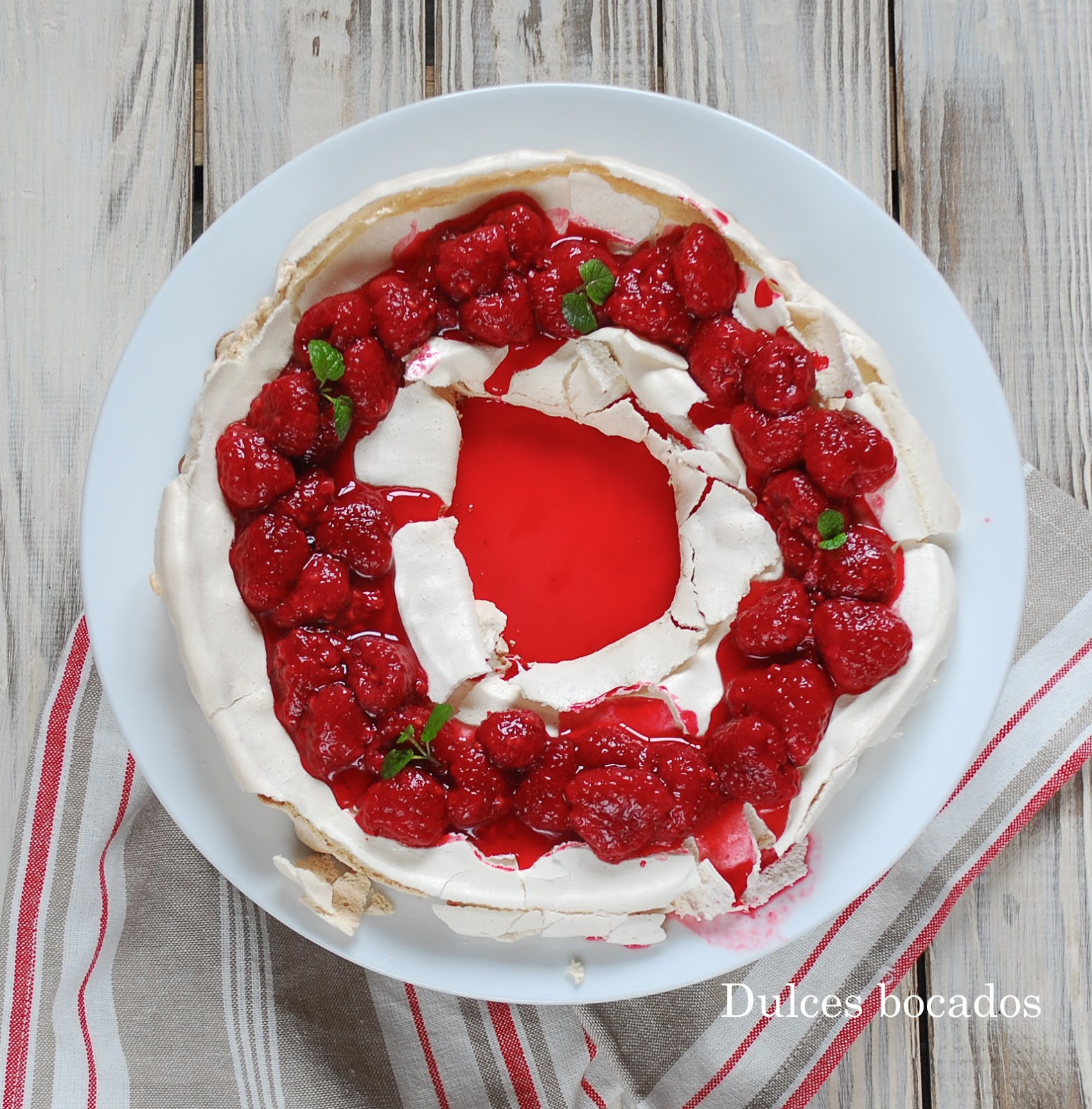 Corona de merengue y frambuesas - dulces bocados
