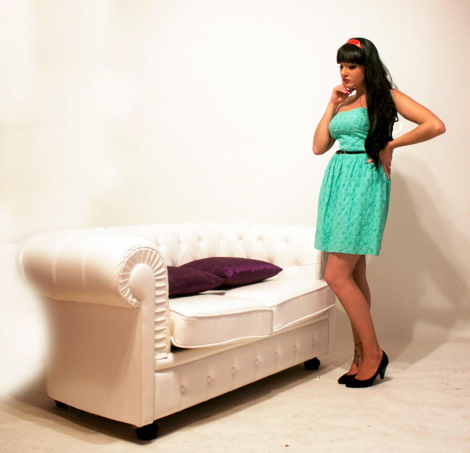 Сама себя удовлетворила на диване 5 фотография