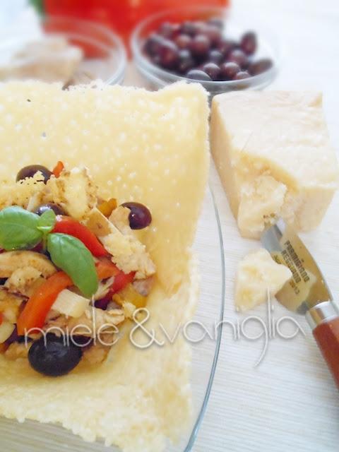 cestini in crosta di parmigiano reggiano con insalata di pollo peperoni e olive taggiasche  #prchef2015
