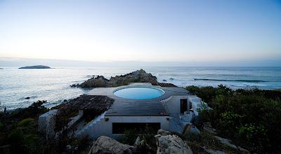 Дом с бассейном на побережье