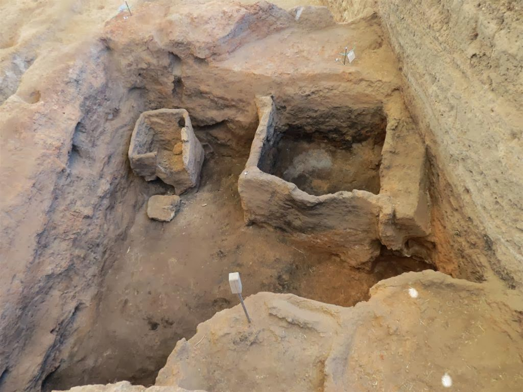 8,000 year old grain storage bins found at Çatalhöyük