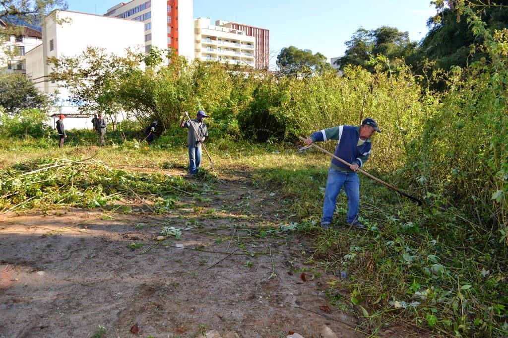 Frentes de trabalho realizam roçada nas margens do Rio Paquequer, na Rua Alfredo Rebello Filho (Alto) e limpeza do terreno da Delegacia Legal