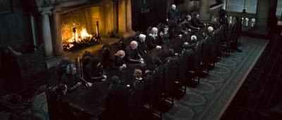 Lord Voldemort (Ralph Fiennes) et son armée dans Harry Potter et les reliques de la mort (partie 1)