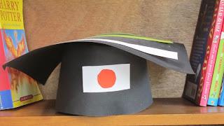 手作りの卒業の角帽 グラジュエーションハットと日本の旗