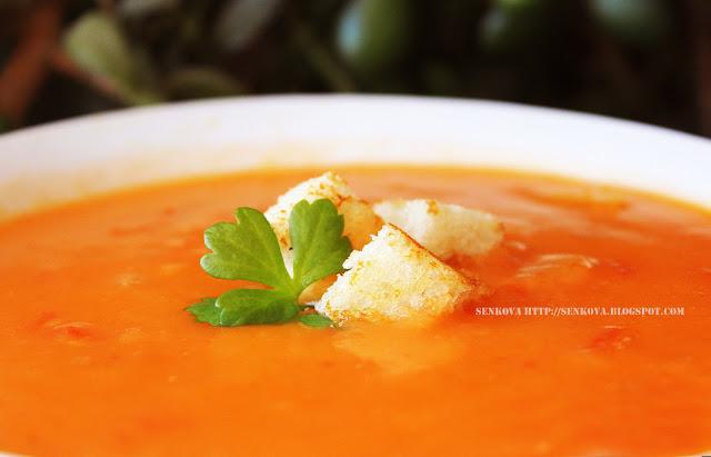 Томатный суп с фасолью и сухариками