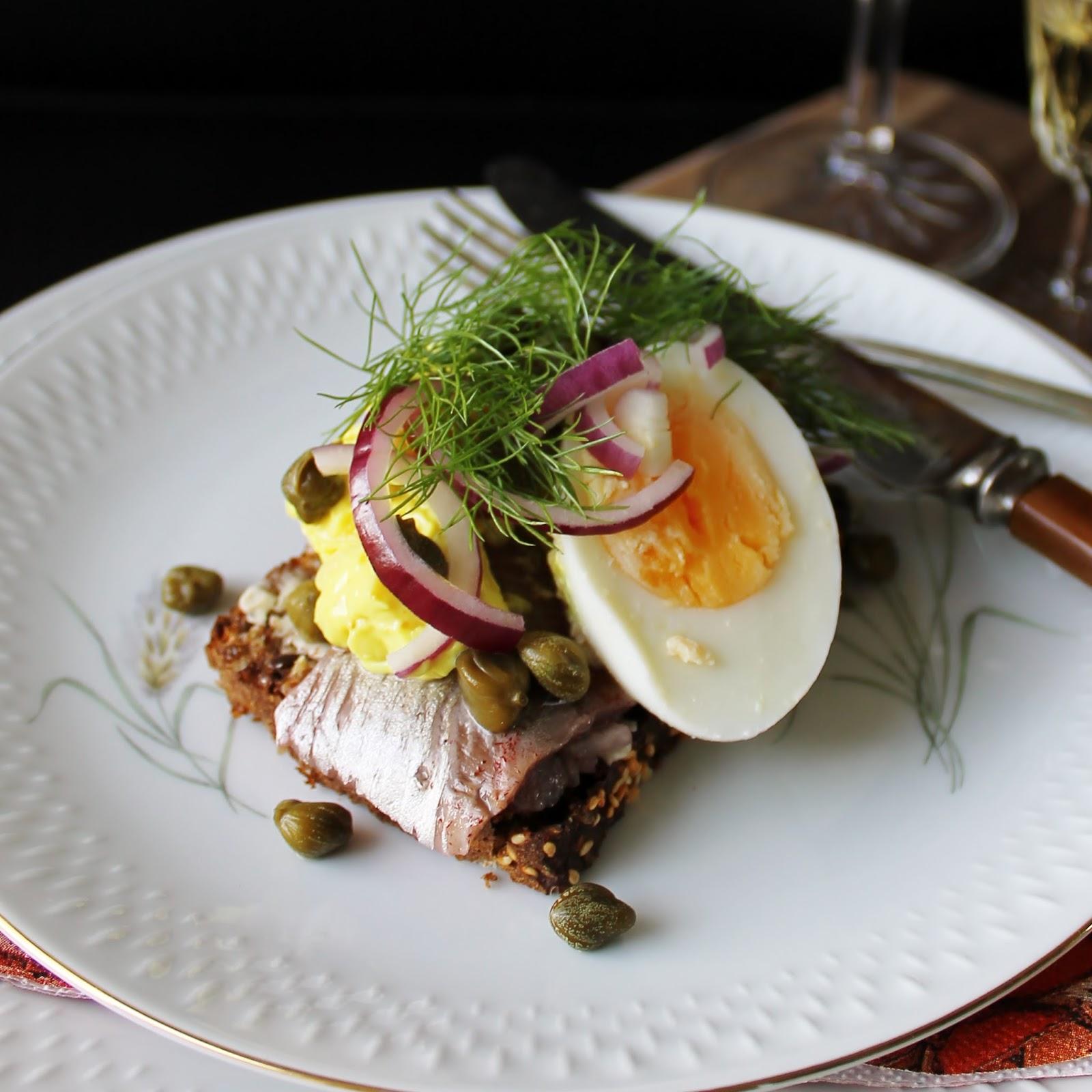 karrysalat med æg