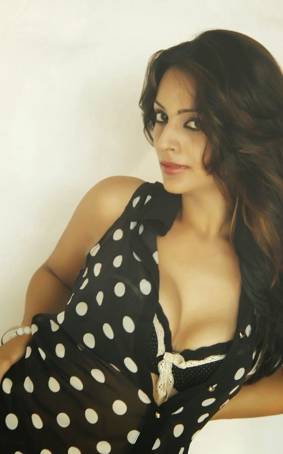 leena kapoor hot cleavage pics