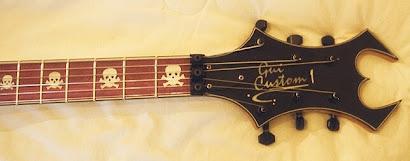 Braço e marcação customizada com caveiras e assinatura