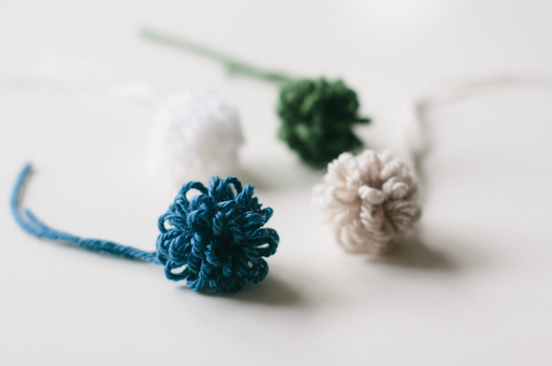 how to make yarn pom poms with a fork