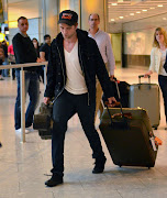 Robert arriving at London airport, September 4th (pattinsonlifeheathrowlondon )