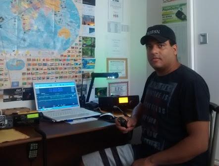 PU1RSN Rodrigo Carvalho em sua estação com o IC 718