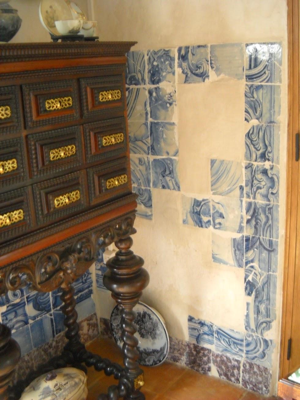 Velharias um menino travesso em azulejo for Como colocar azulejo