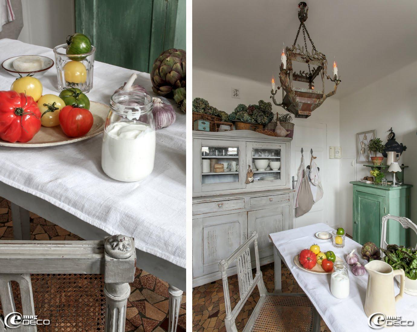 Lustre 'Coquecigrues', ancien vaisselier orné d'objets chinés et de paniers en osier remplis d'hortensias séchés