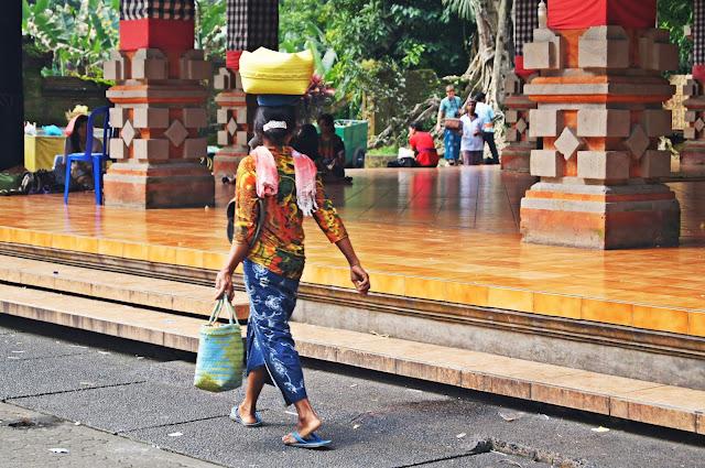 Mujeres balinesas con carga en la cabeza