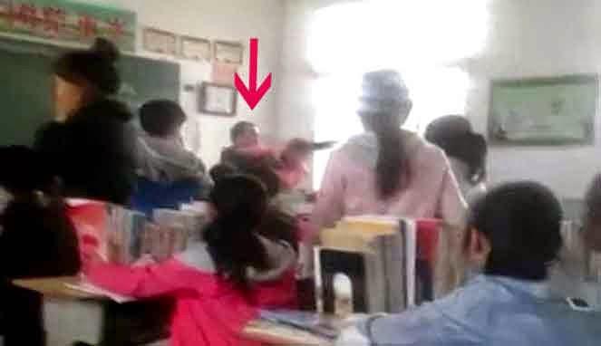 Guru menghajar salah seorang murid