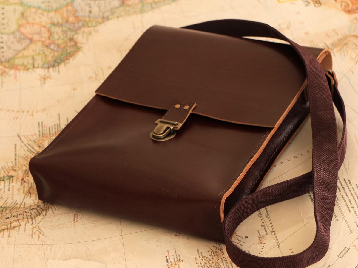 Мужская кожаная сумка-планшет закрывается на портфельный замок