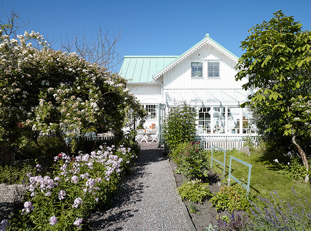 Lamb blonde swedish cottage by the sea for Med cottages