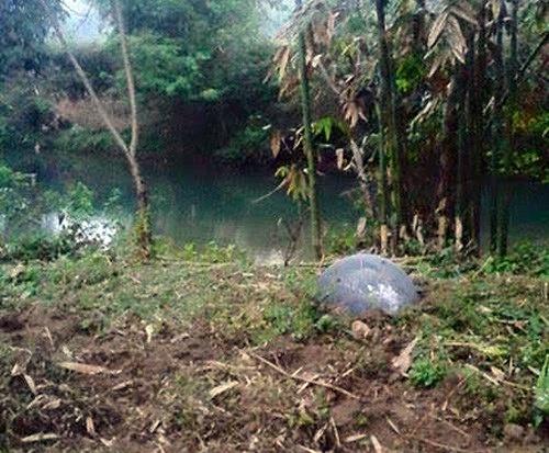 Sorprendente imagen que muestra una esfera metálica que impactó en Vietnam. Según los pobladores, escucharon un fuerte trueno antes de que esta caiga.