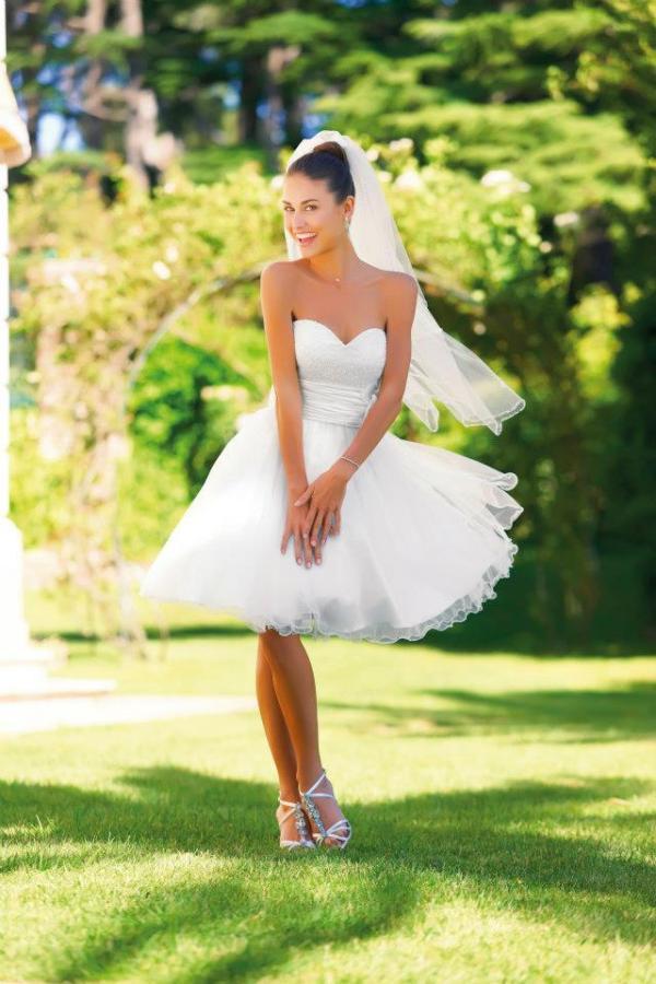 pour celles qui aiment loriginalit la robe aminy est un modle coupe courte en tulle et bustier coeur pour le prix incroyable de 149 euros - Robe Chez Tati Mariage