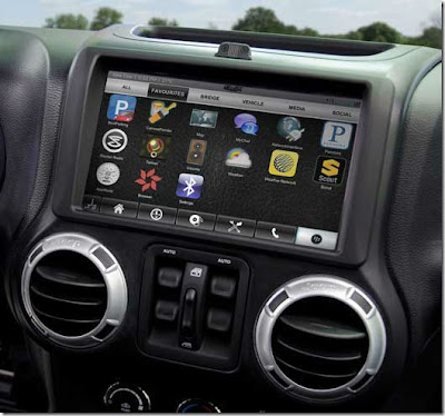 El equipo responsable de la industria del automóvil en RIM ha mostrado la nueva funcionalidad aplicada al nuevo auto Jeep Wrangler Sahara. Esta no es la primera vez que hablamos de la integración de OS QNX en el campo de la automóvil. En el nuevo Jeep Wrangler Sahara asistimos a la integración del sistema operativo QNX en la consola de control integrada en el salpicadero. Todas las funciones son accesibles a través de pantalla táctil o mediante los comandos de características incluyen un grupo vocal. También incorporado con un sistema de información y entretenimiento, reproductor multimedia, la integración de comunicación