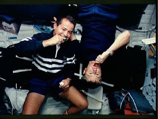 astronautas cepillando dientes