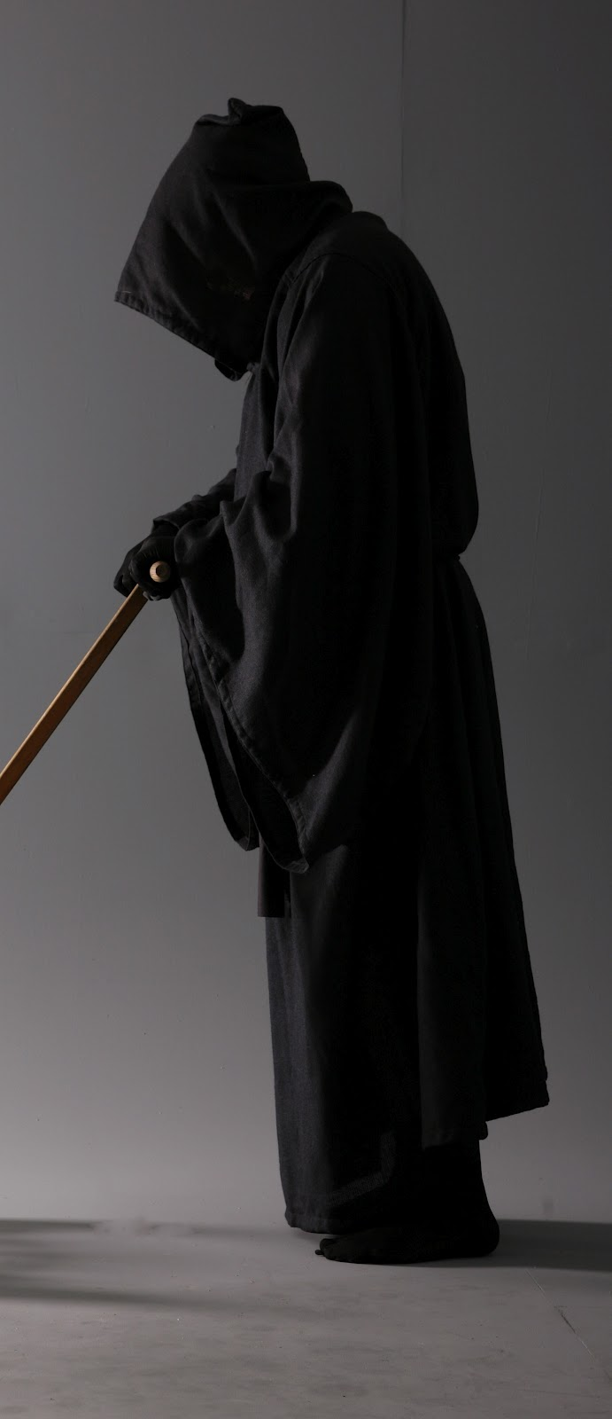 Hombre vestido de negro encapuchado