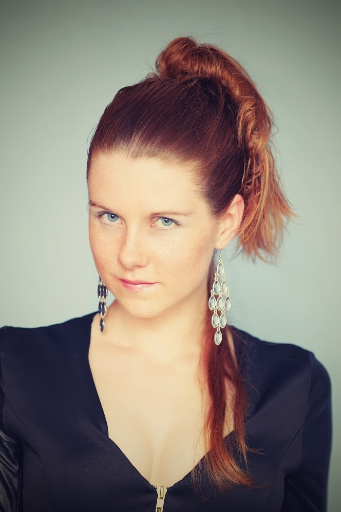 blue eyes, ginger hair, freckles, six, blue earring, statement, srbová