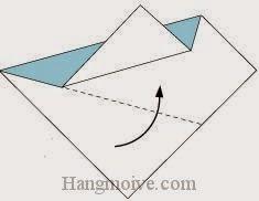 Bước 3: Gấp chéo cạnh dưới tờ giấy lên phía trên.