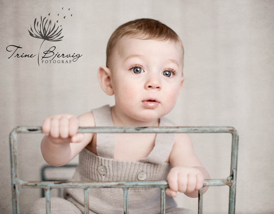 barnebilder av liten gutt i gammel stålseng. barnefotograf trine bjervig, tønsberg