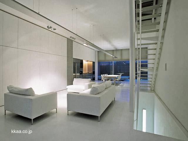 Vista de un ambiente en el interior y escalera interior