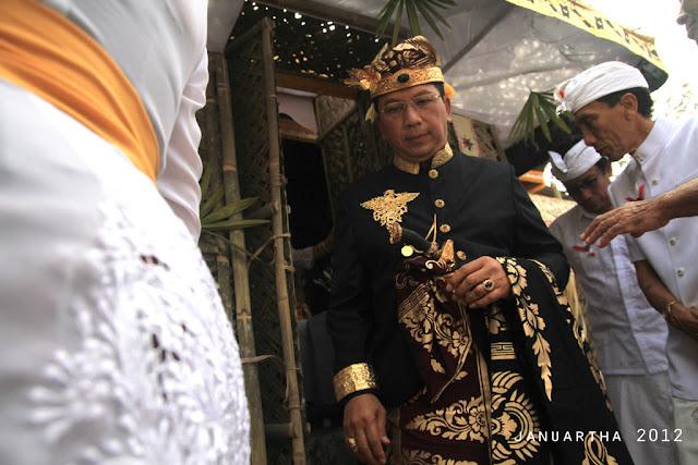 bali image : Anak Agung Ngurah Ketut Dharma Putra keluar dari Bale Pengekeban mengikuti sang istri menuju Pura Batur