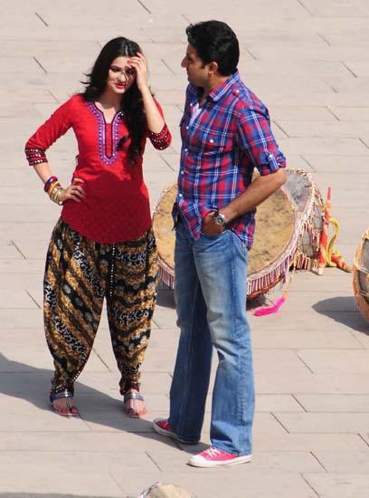 1 - Abhishek Bachchan and Prachi Desai on the sets of Bol Bachchan