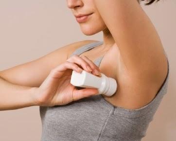 menggunakan deodoran untuk mengurangi keringat
