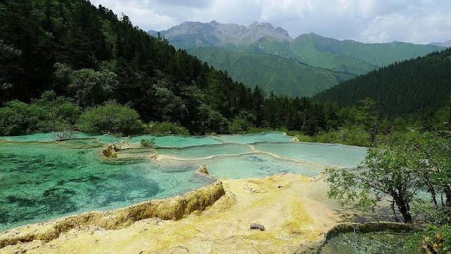 Huanglong, tanah naga kuning dengan kolam-kolam warna-warni