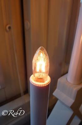 Ett av ljusen i en elektrisk adventsljusstake. foto: Reb Dutius
