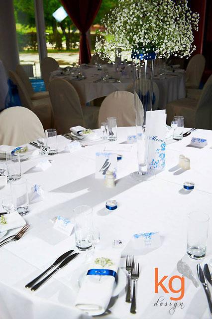dodatki ślubne, dodatki na ślub, wesele, winietki, wizytówki, zawieszka na alkohol, etykieta na alkohol, numery stołów, numery stołów wkładane do ramek, numery stołów wolnostojące, składane, podłużne menu, dodatki ślubne z gipsówką, plan stołów, plakat usadzenia gości, tablica rozmieszczenia stołów, niebieskie, granatowe, morskie, białe, czarne, eleganckie dodatki ślubne, romantyczna gipsówka