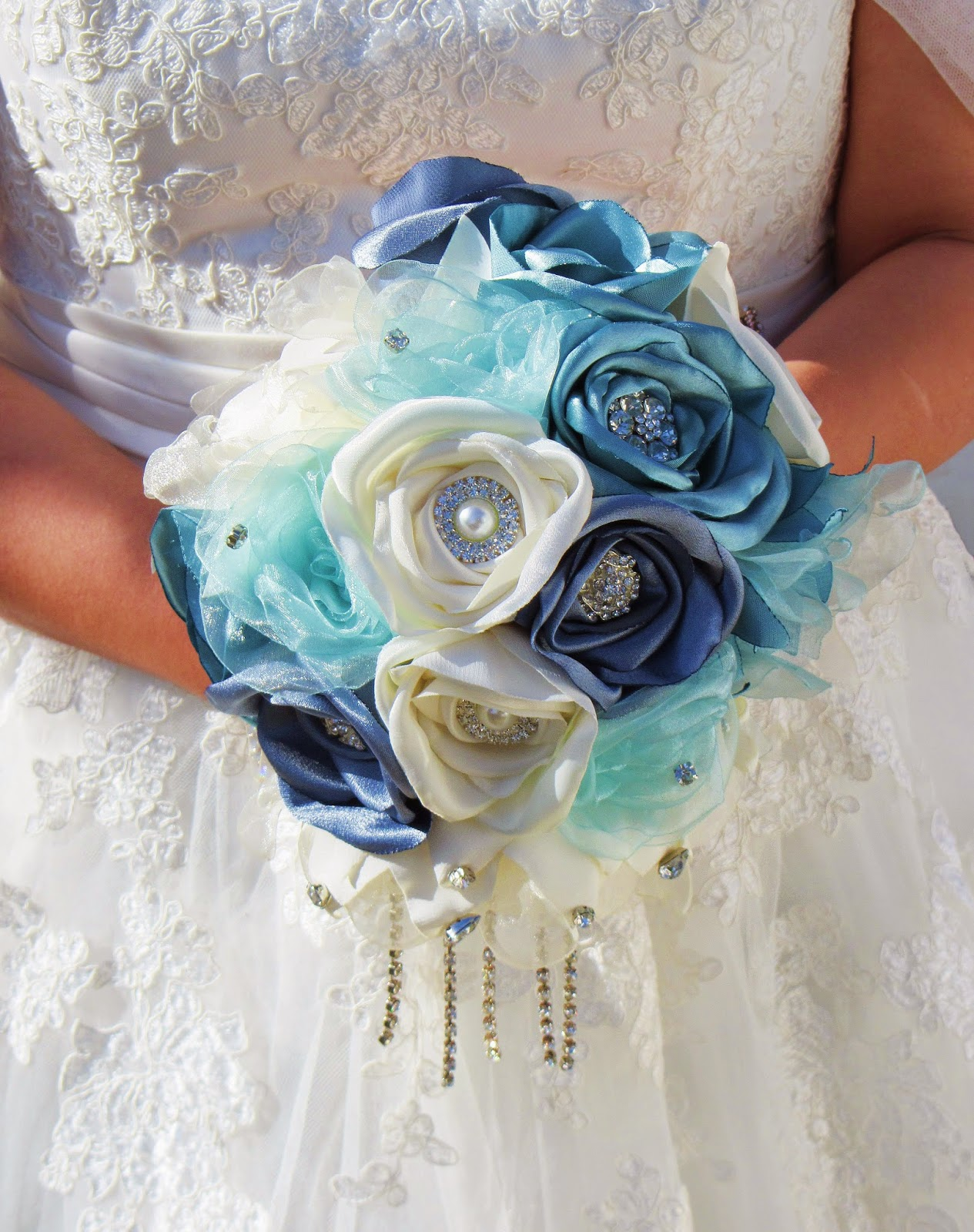 bouquet de flores em tecido com broches