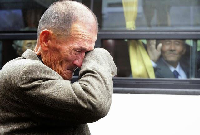 20 Foto Penuh Emosi Yang Membuat Terharu Tangisan Perpisahan