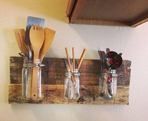 Frascos de vidrio colocados sobre una madera