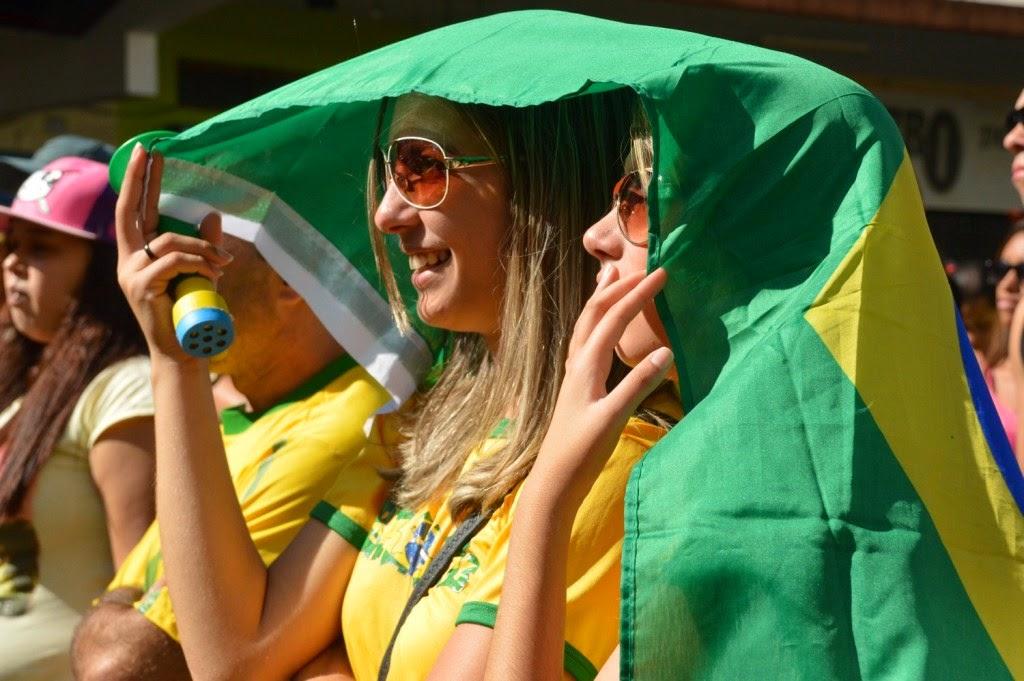 Vestidos de verde e amarelo, torcedores empolgados torcem para o Brasil no jogo contra o Chile