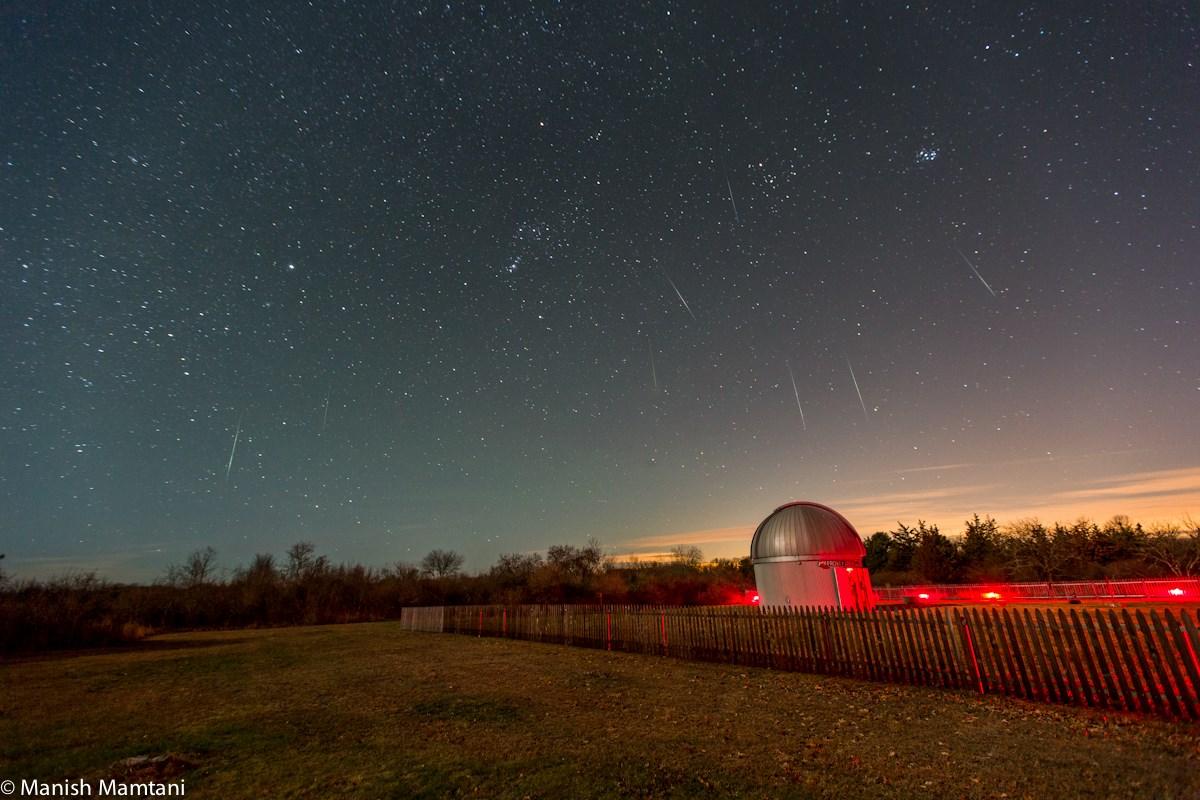Những vệt sao băng Geminid trên bầu trời khuya 13 tháng 12 ở Đài quan sát Frosty Drew và Rạp hát Bầu trời thuộc Charlestown, thành phố Boston, bang Massachusetts, nước Hoa Kỳ. Tác giả : Manish Mamtani.