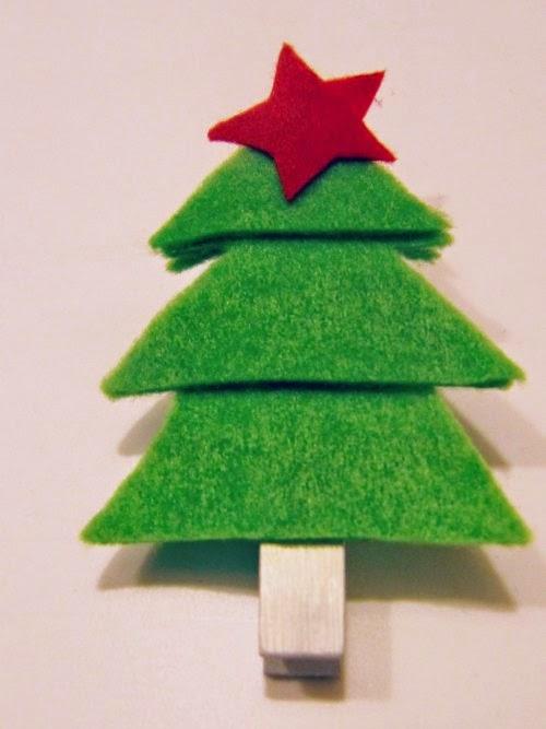 Pinza de la ropa con un árbol de navidad