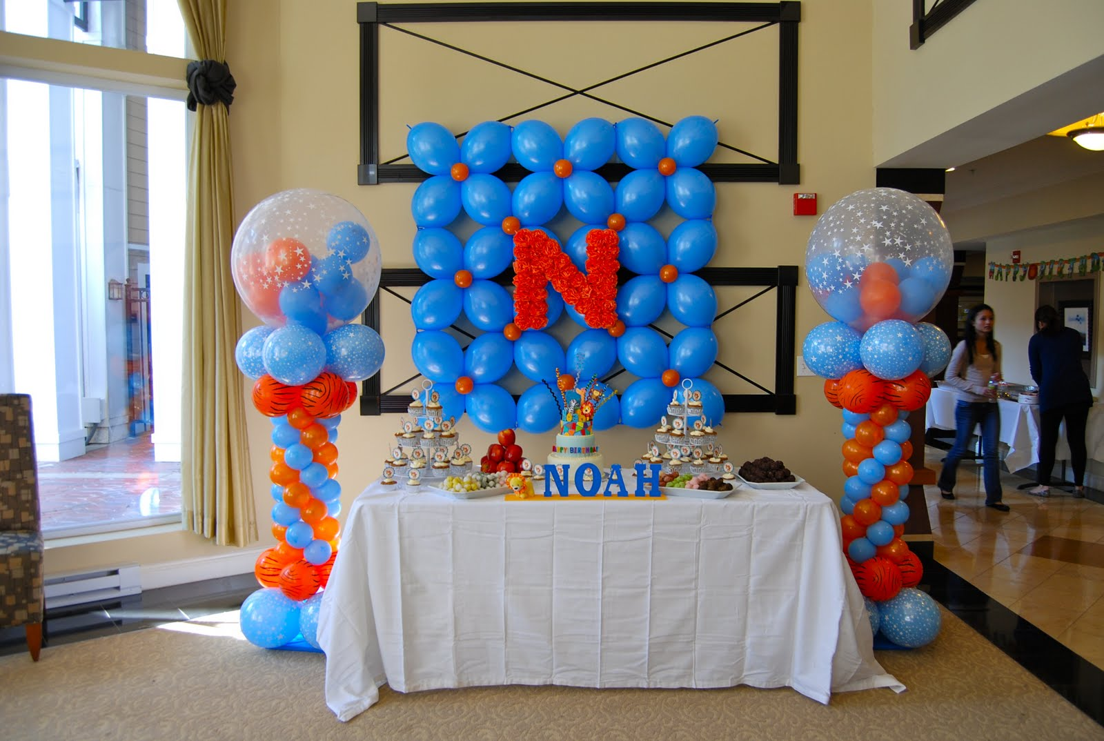Noah 39 s safari themed 1st birthday party balloon decor for Balloon decoration ideas for 1st birthday