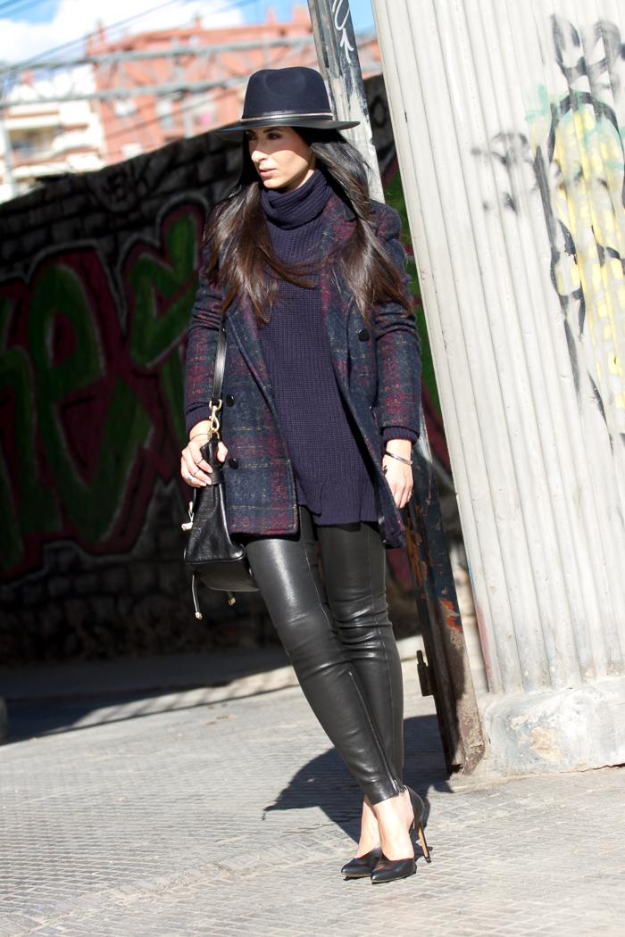 Outfit con leggins elásticos de cuero negro de Muubaa
